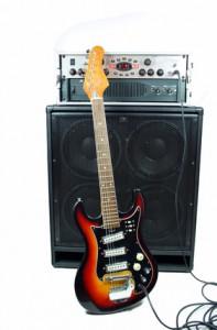 E-Gitarre vor Verstärker-Turm