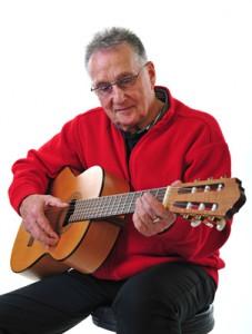 Rentner spielt Gitarre