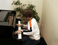 Musikschüler spielt am Klavier